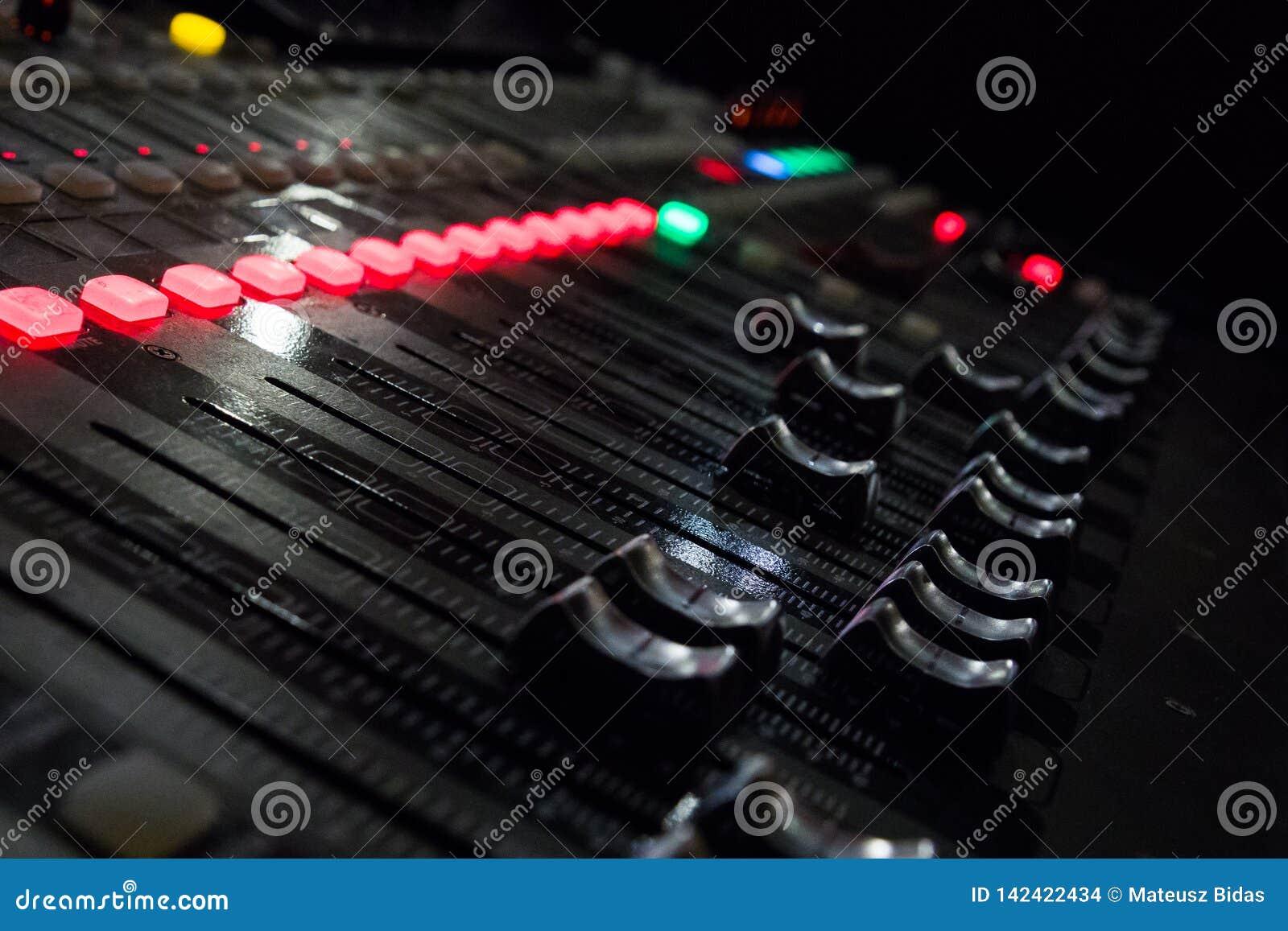 Um console da música com muitos botões e slideres