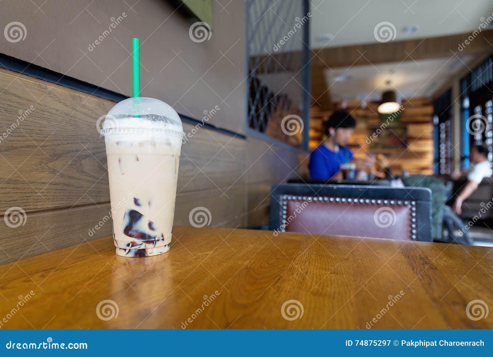 Um copo da mistura do café do cappuccino do gelo com cobertura cinzenta da geleia do conde