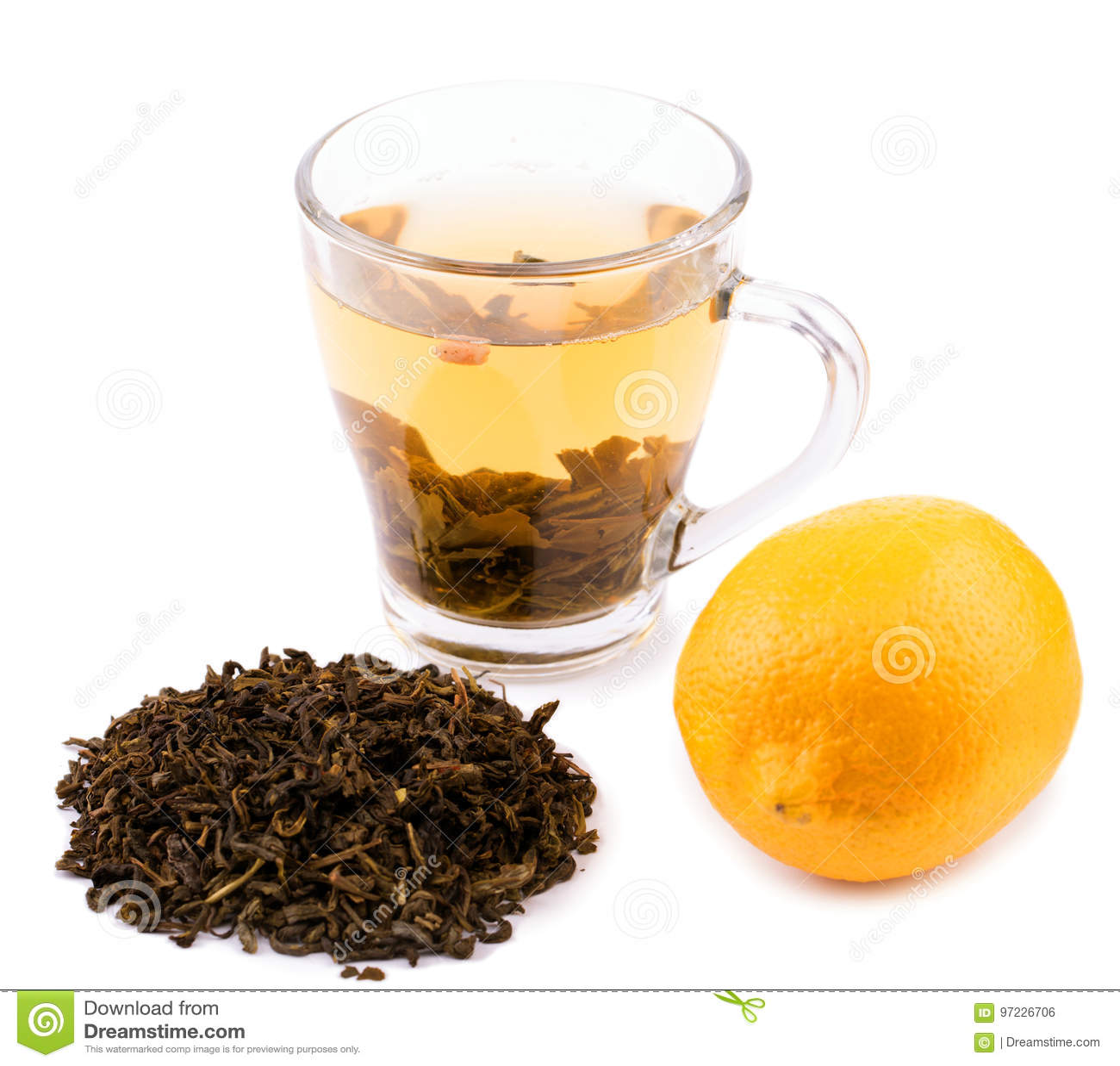 Um copo de vidro completo do chá verde A tea cup isolated on a white background Um copo bonito com as folhas de chá verdes natura