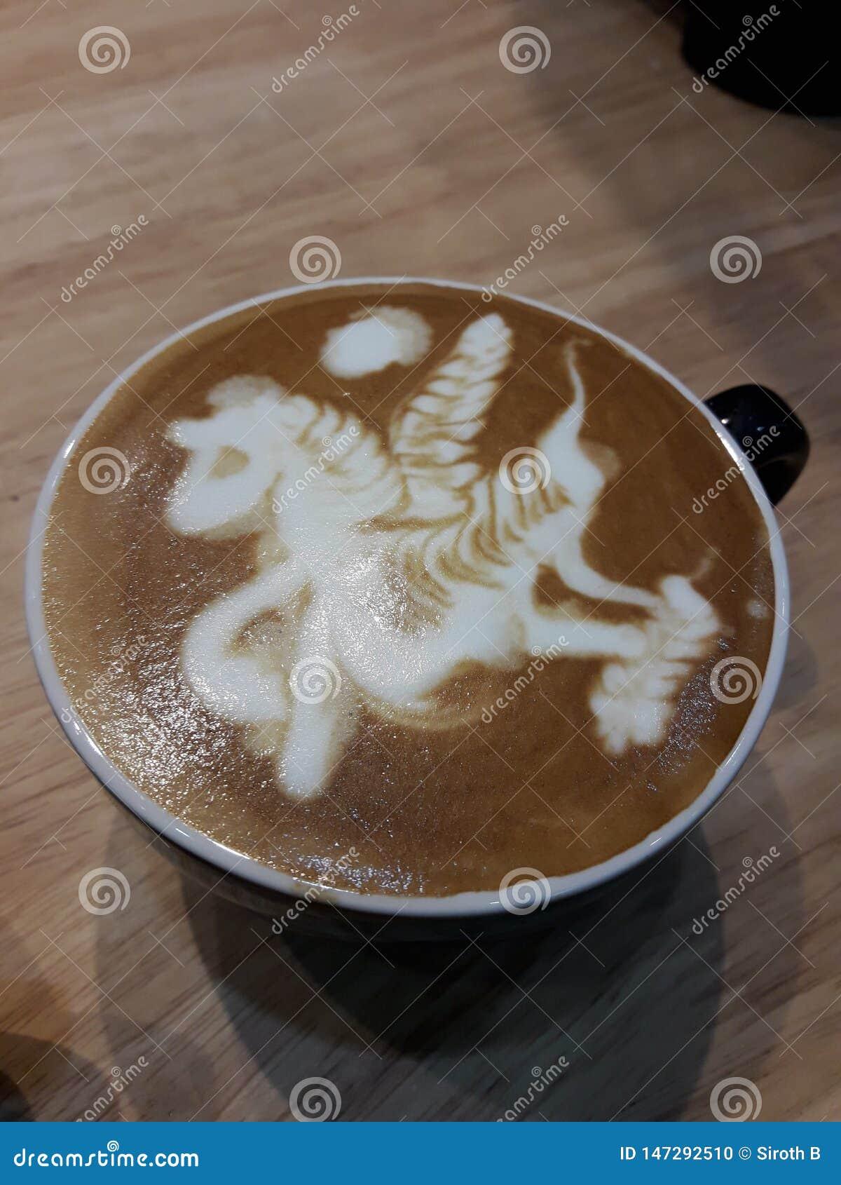 Um copo do café atrasado quente em uma tabela de madeira