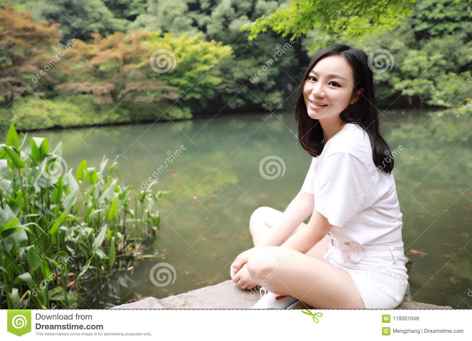 Um curso asiático do chinês da menina livre feliz da beleza da meditação do equilíbrio da paz do sorriso que caminha o bordo do c
