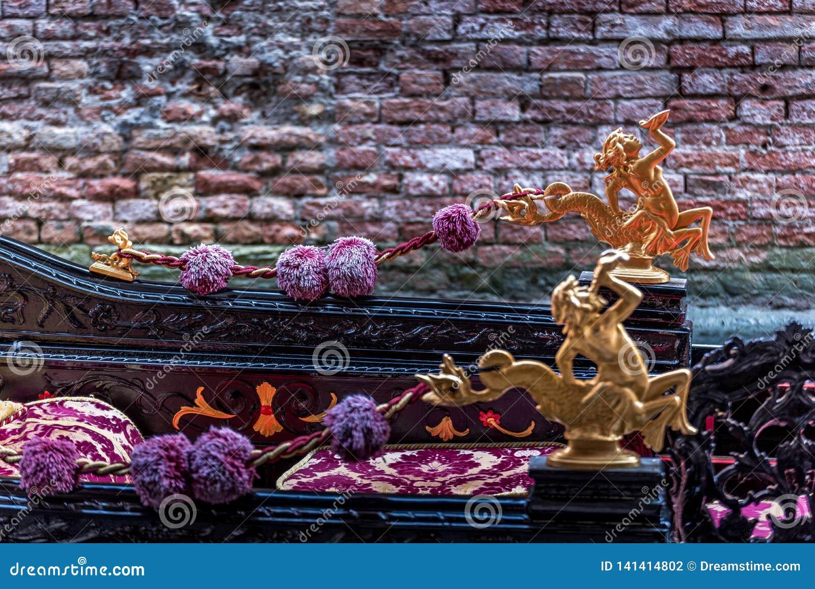 Um detalhe do ouro de uma gôndola em Veneza