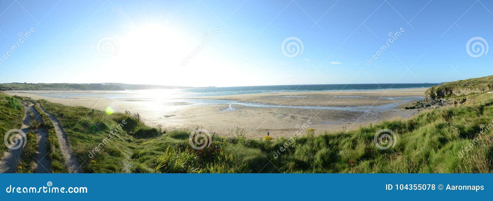 Um dia ensolarado sobre penhascos da praia de Hayle