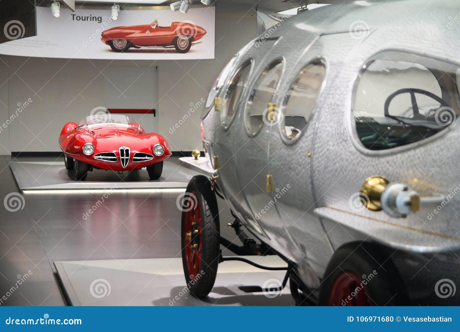 Um disco C52 Volante magnífico de Alfa Romeo 1900 com 40/60 de HP Aerodinamica no primeiro plano na exposição no museu histórico