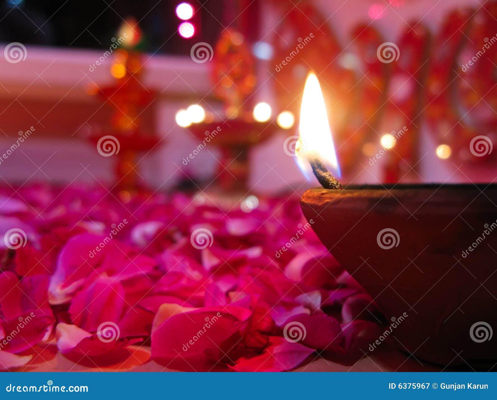 Um diya iluminado na cama de rosas