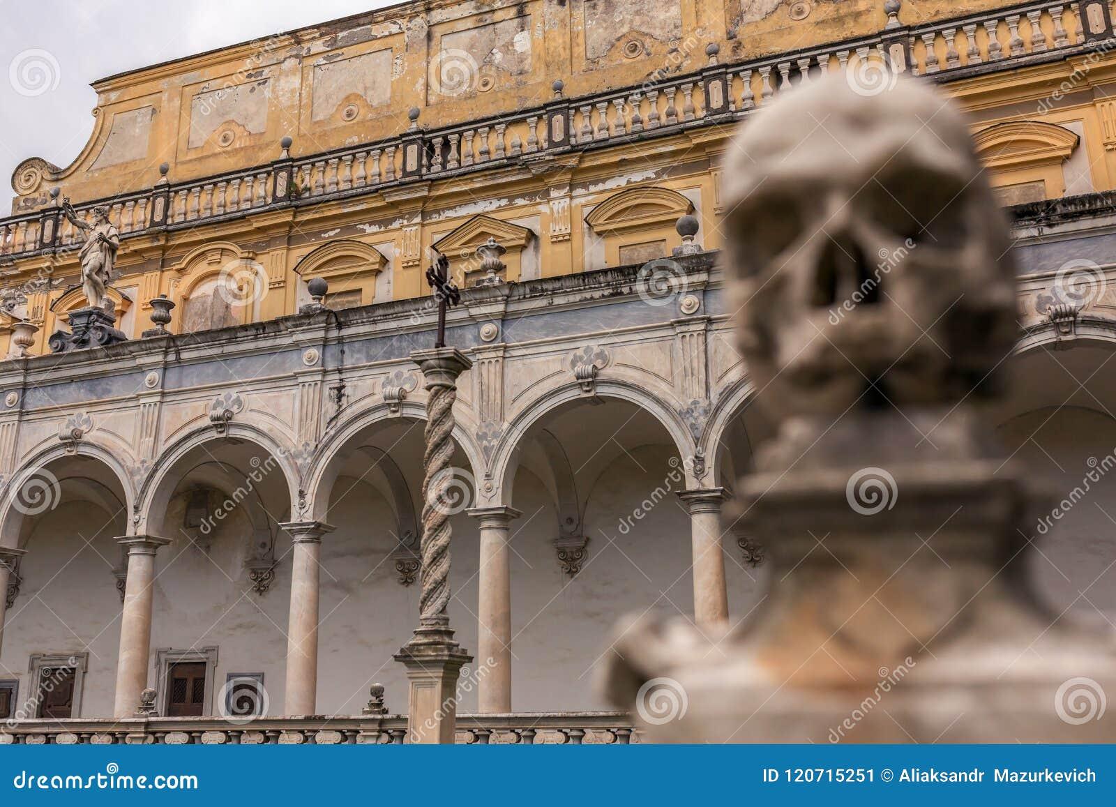 Um dos crânios na cerca do monastério Certosa di San Martino em Nápoles