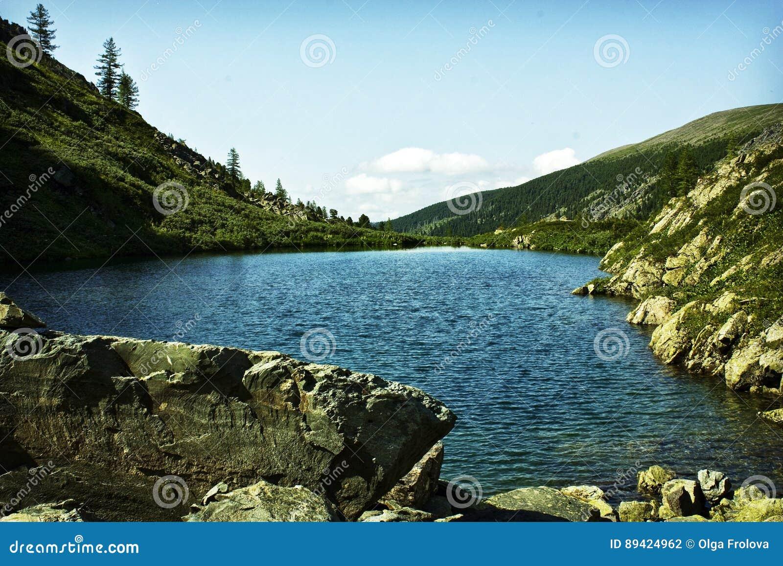 Um dos lagos os mais bonitos Karakol