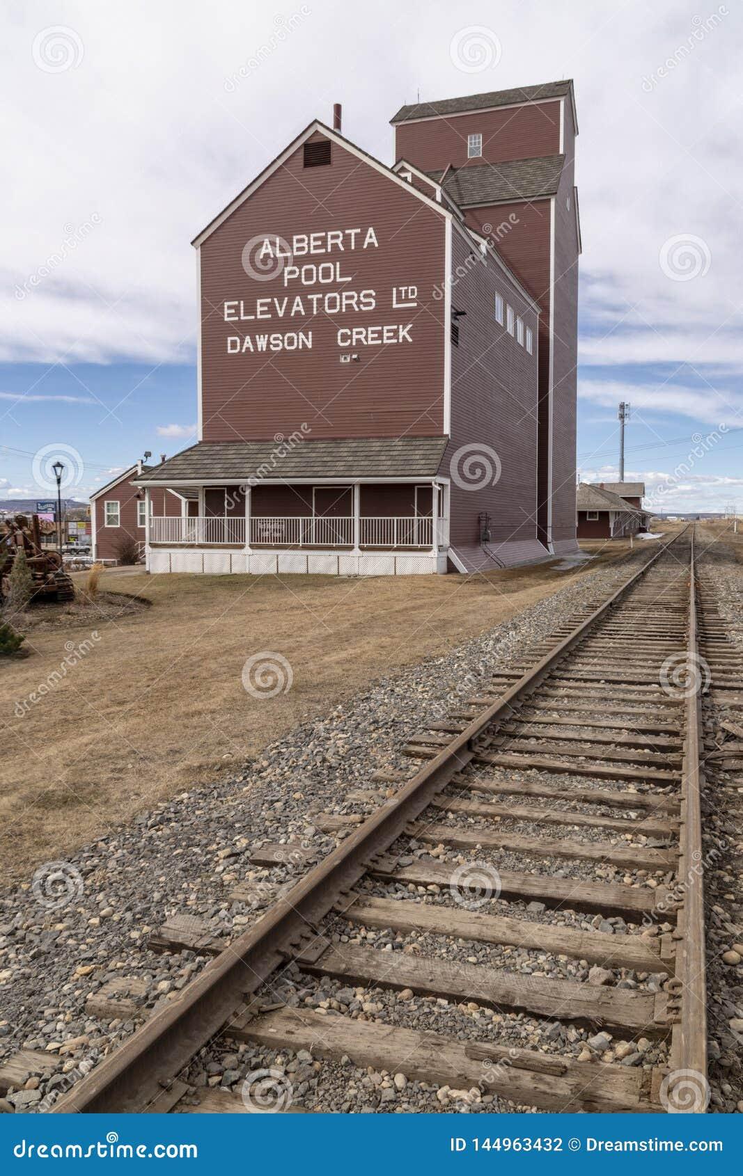 Um elevador de grão ao lado da estrada de ferro