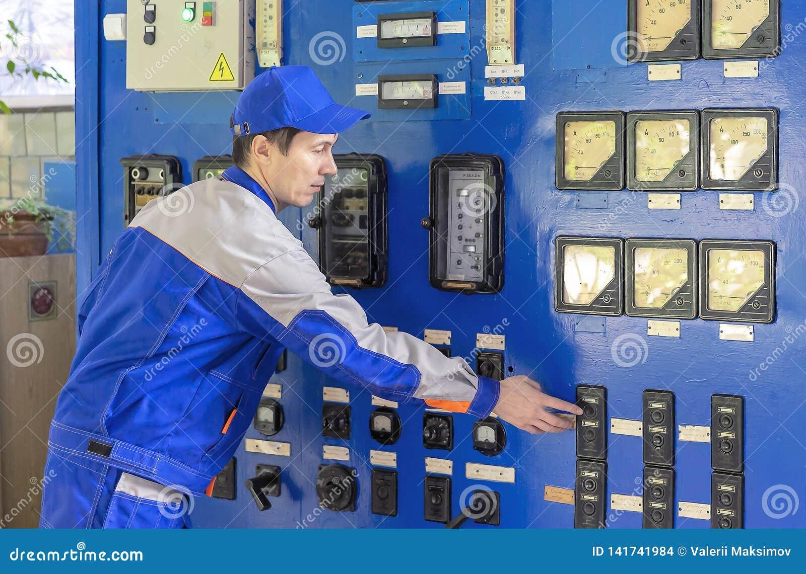 Um equipamento experiente da caldeira de gás do serviço de operador