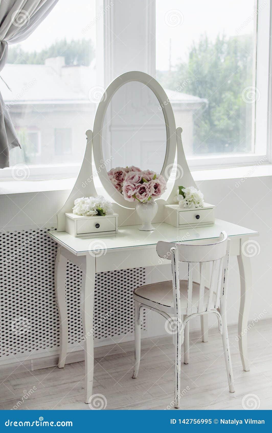Um espelho branco bonito na tabela Interior brilhante elegante