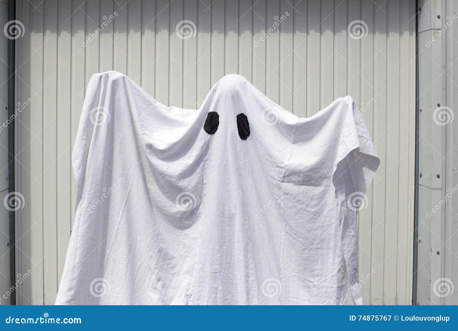 Um fantasma na frente de uma porta da garagem