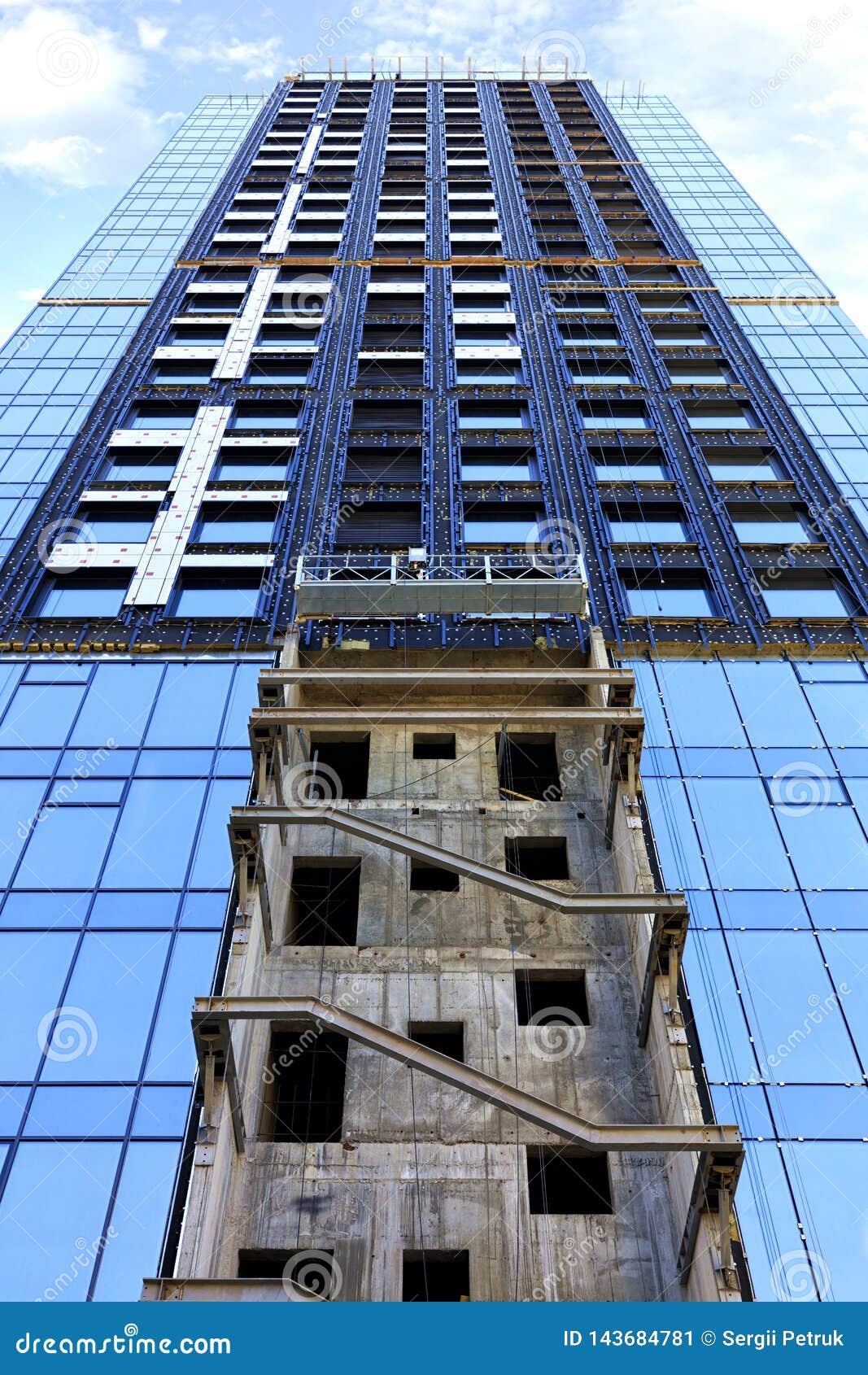 Um fragmento da fachada de uma casa sob a construção, uma construção moderna está sendo construído, a vista é dirigido para cima