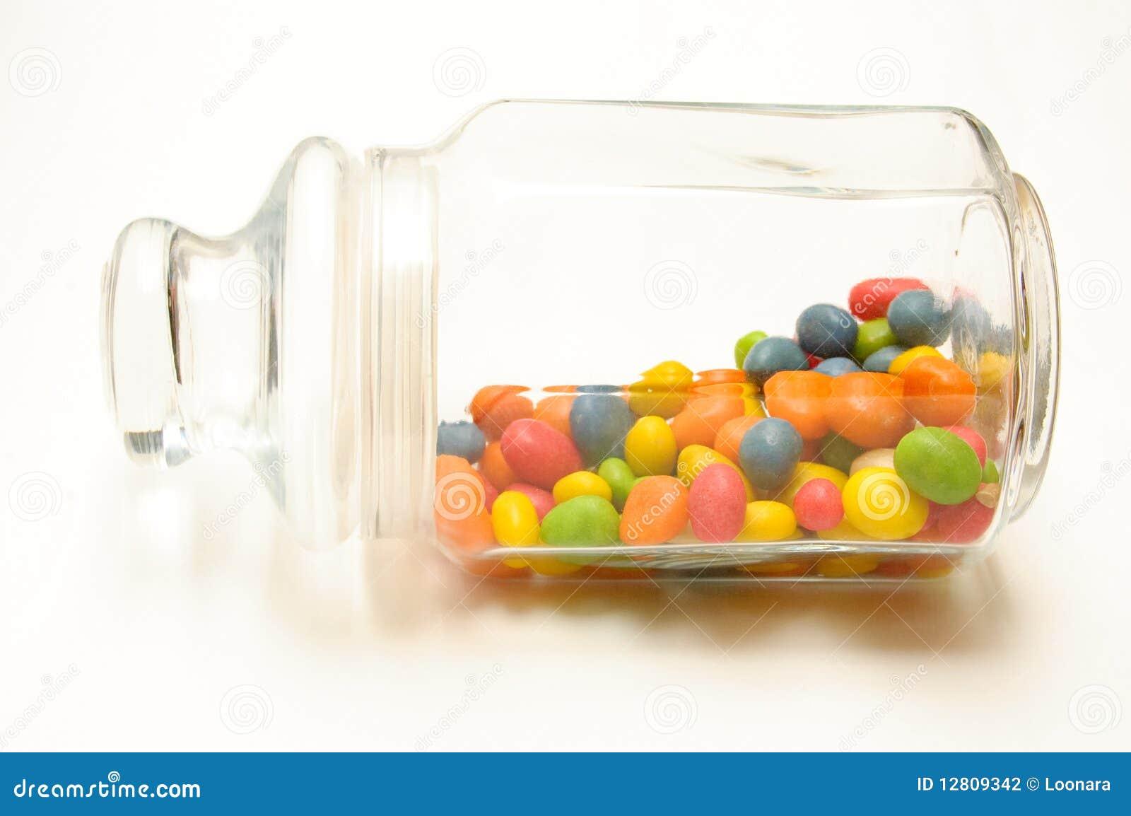 Um frasco de vidro com doces coloridos