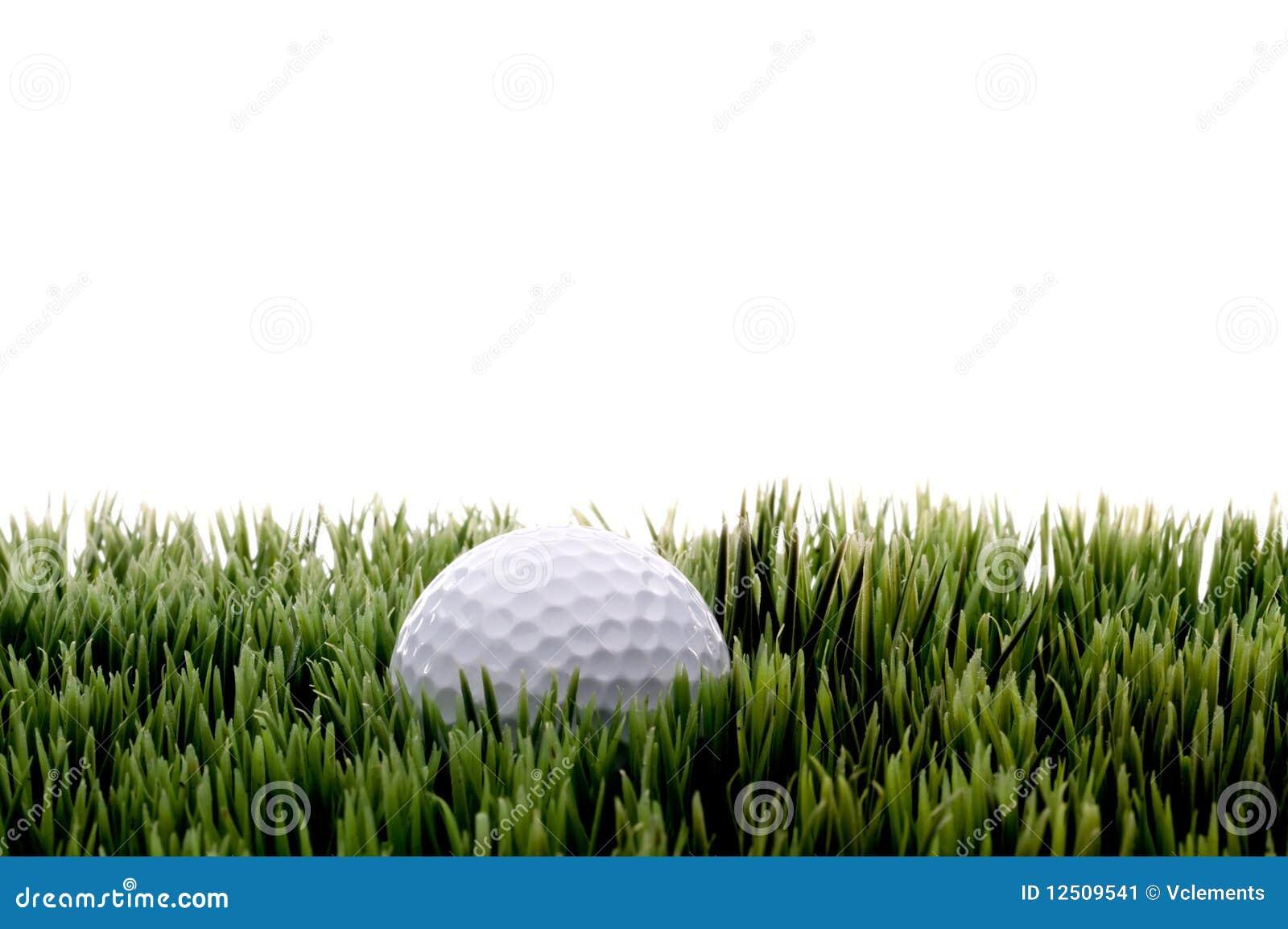 Um golfball branco em gras verdes