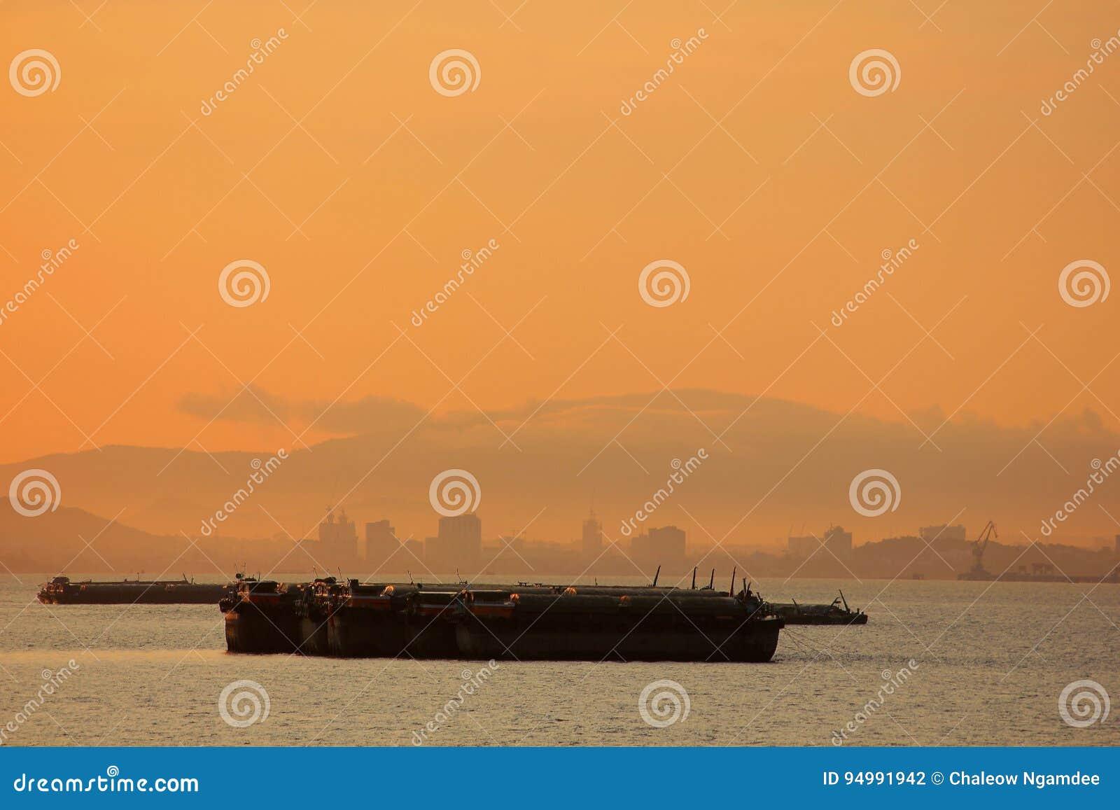 Um grande navio de carga