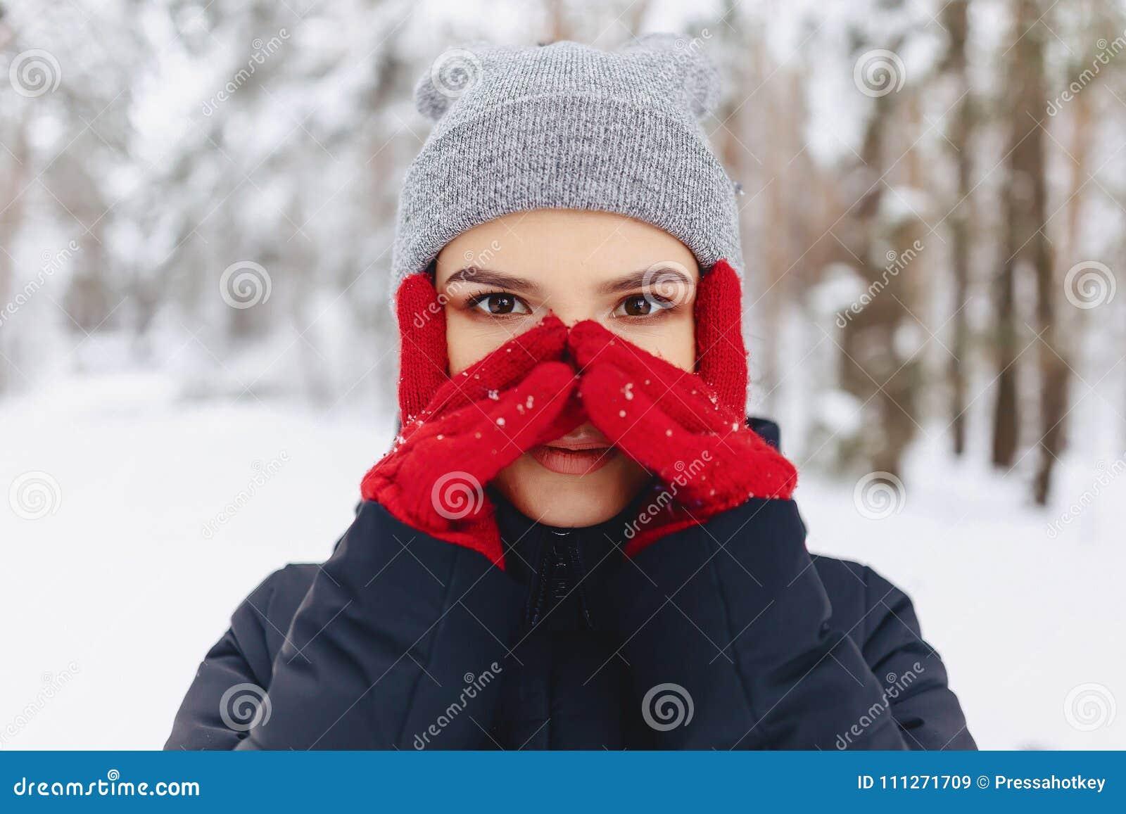 Um grande retrato de uma menina em luvas vermelhas com olhos expressivos dentro