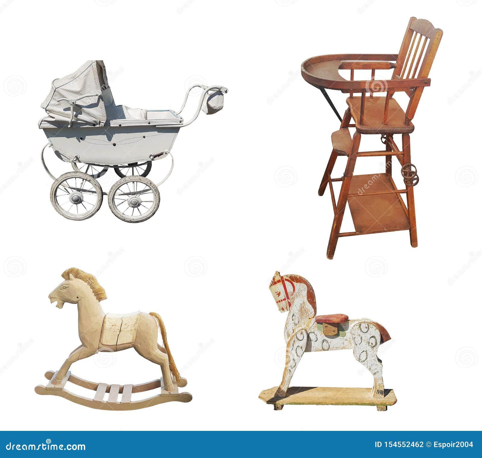 Um grupo de artigos do vintage das crianças idosas: um carrinho de criança, um cadeirão, um cavalo de madeira no fundo branco