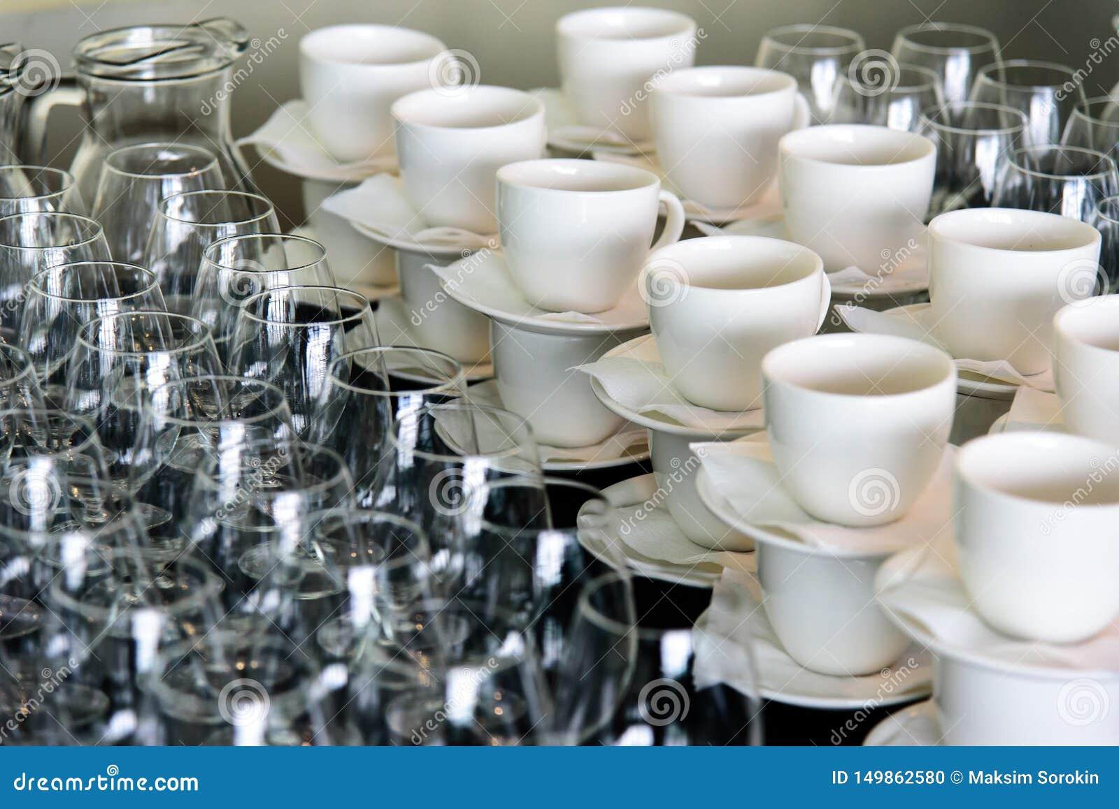 Um grupo de copos e de vidros dos pratos