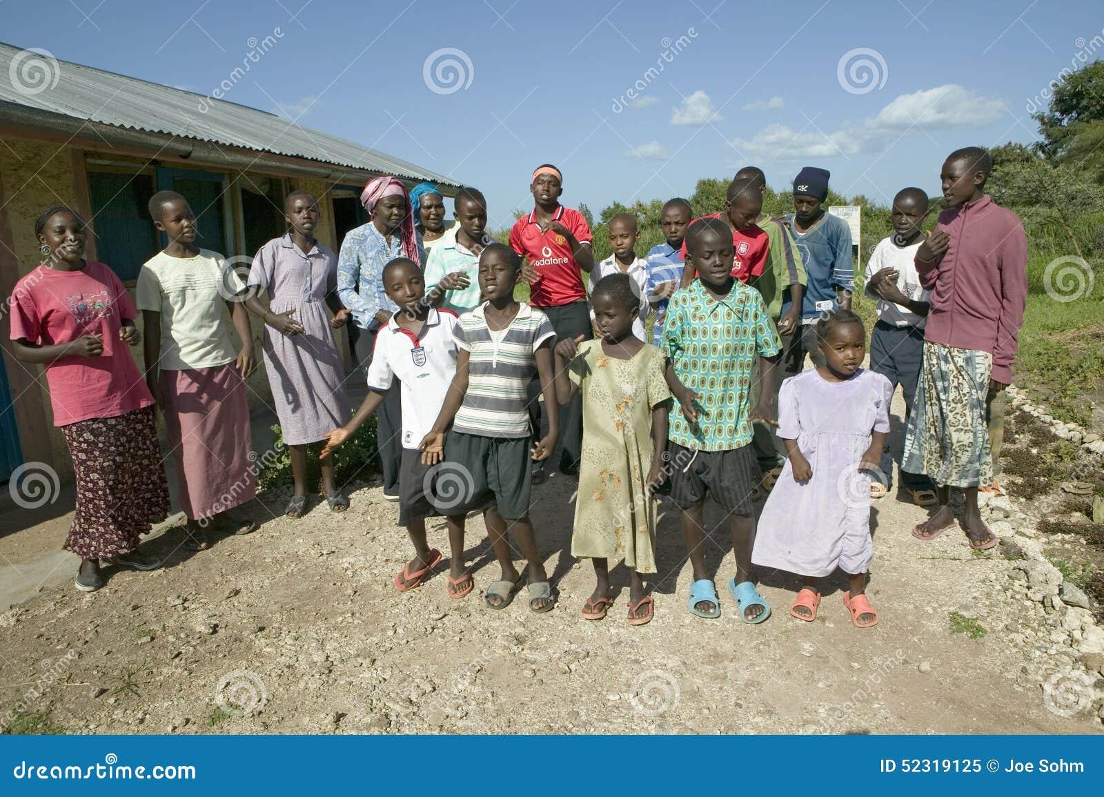 Um grupo de crianças contaminadas HIV/AIDS canta a música sobre o SIDA em Pepo La Tumaini Jangwani, reabilitação Prog da comunida