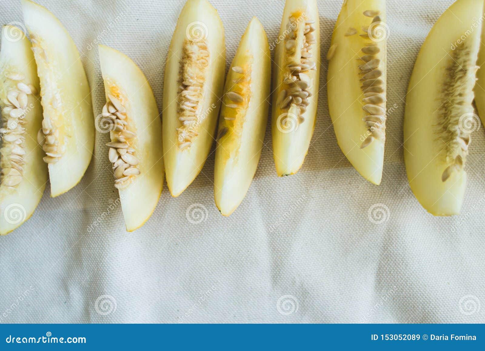 Um grupo de fatias maduras brilhantemente iluminadas do melão