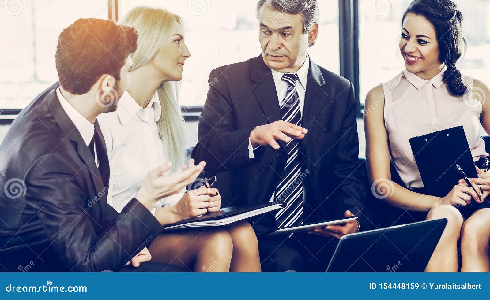 Um grupo de homens de negócios que discutem a política de empresa em um modo