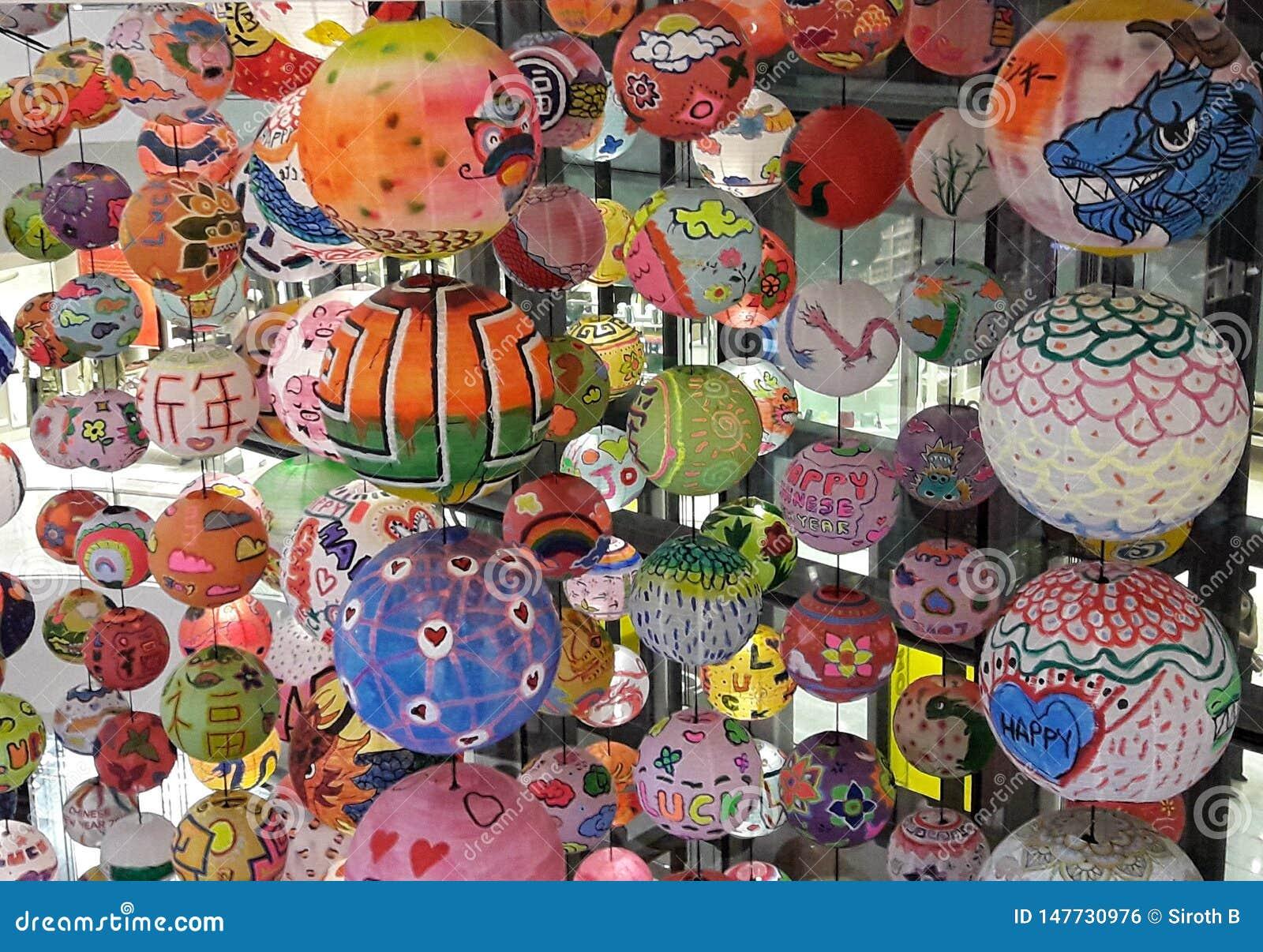 Um grupo de lanterna chinesa que pendura no ano novo feliz