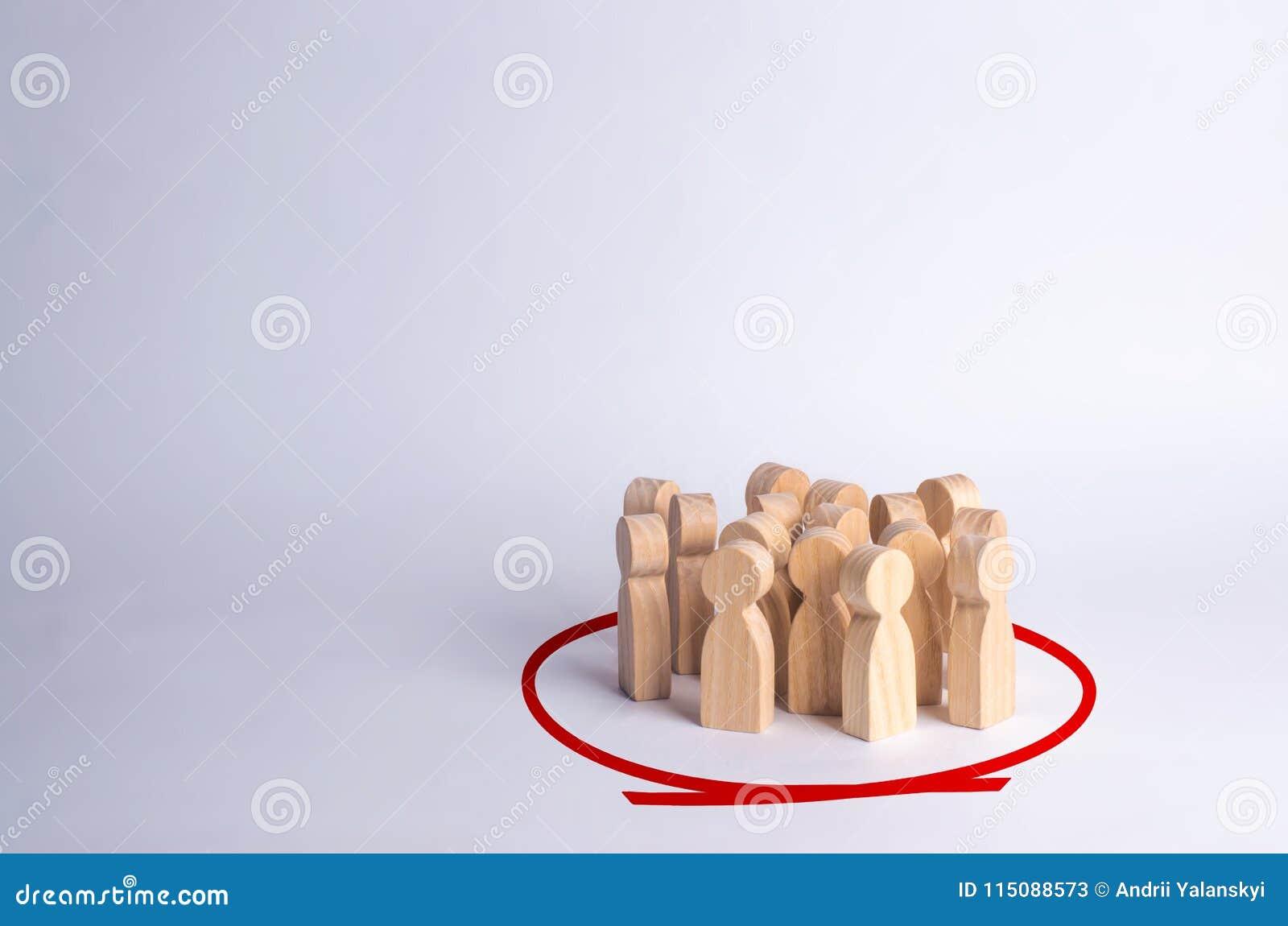 Um grupo de pessoas está estando em um círculo em um fundo branco Figuras de madeira A comunidade, partido Estatísticas e opinião