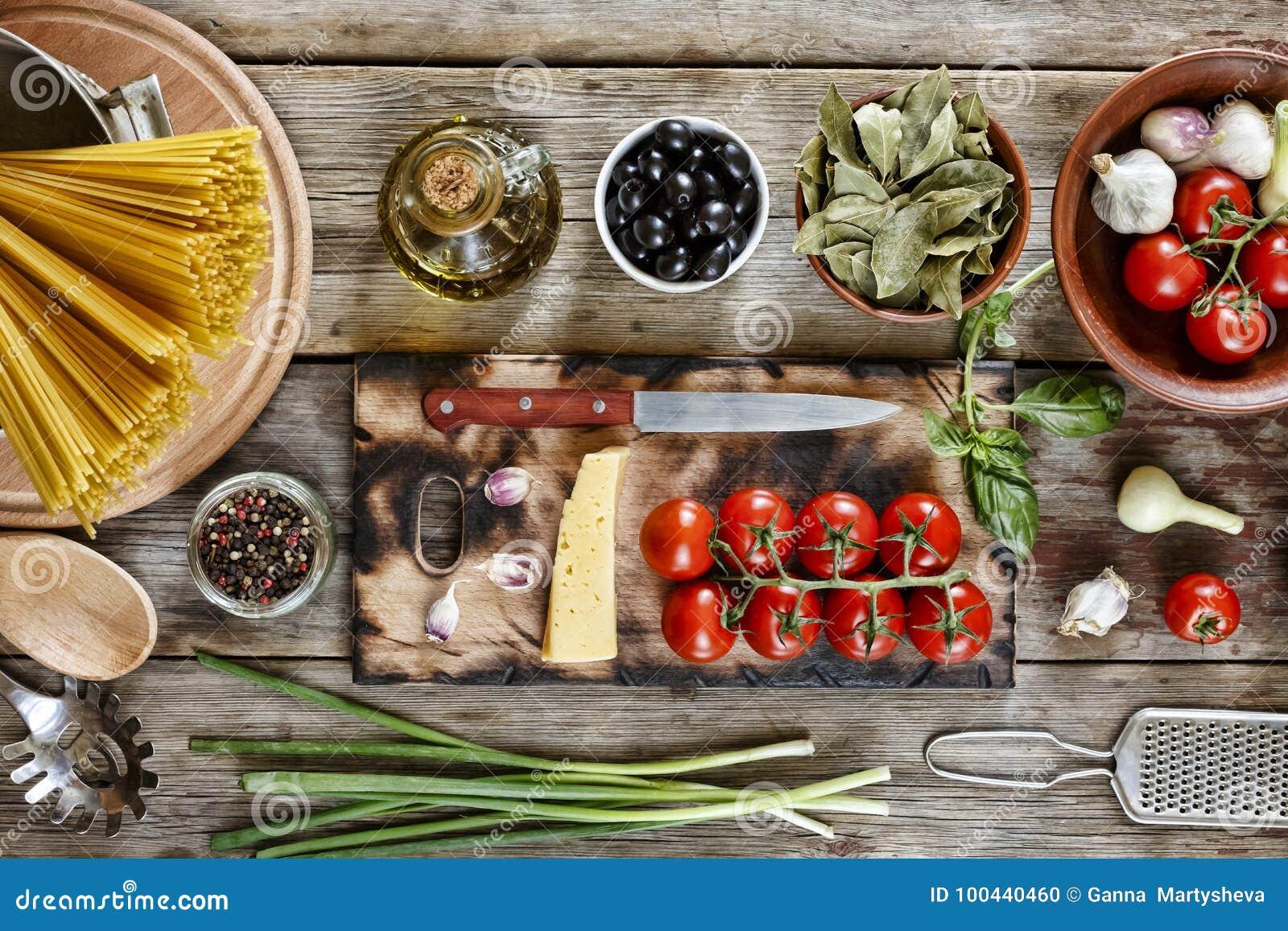 Um grupo de produtos e de ingredientes para a massa