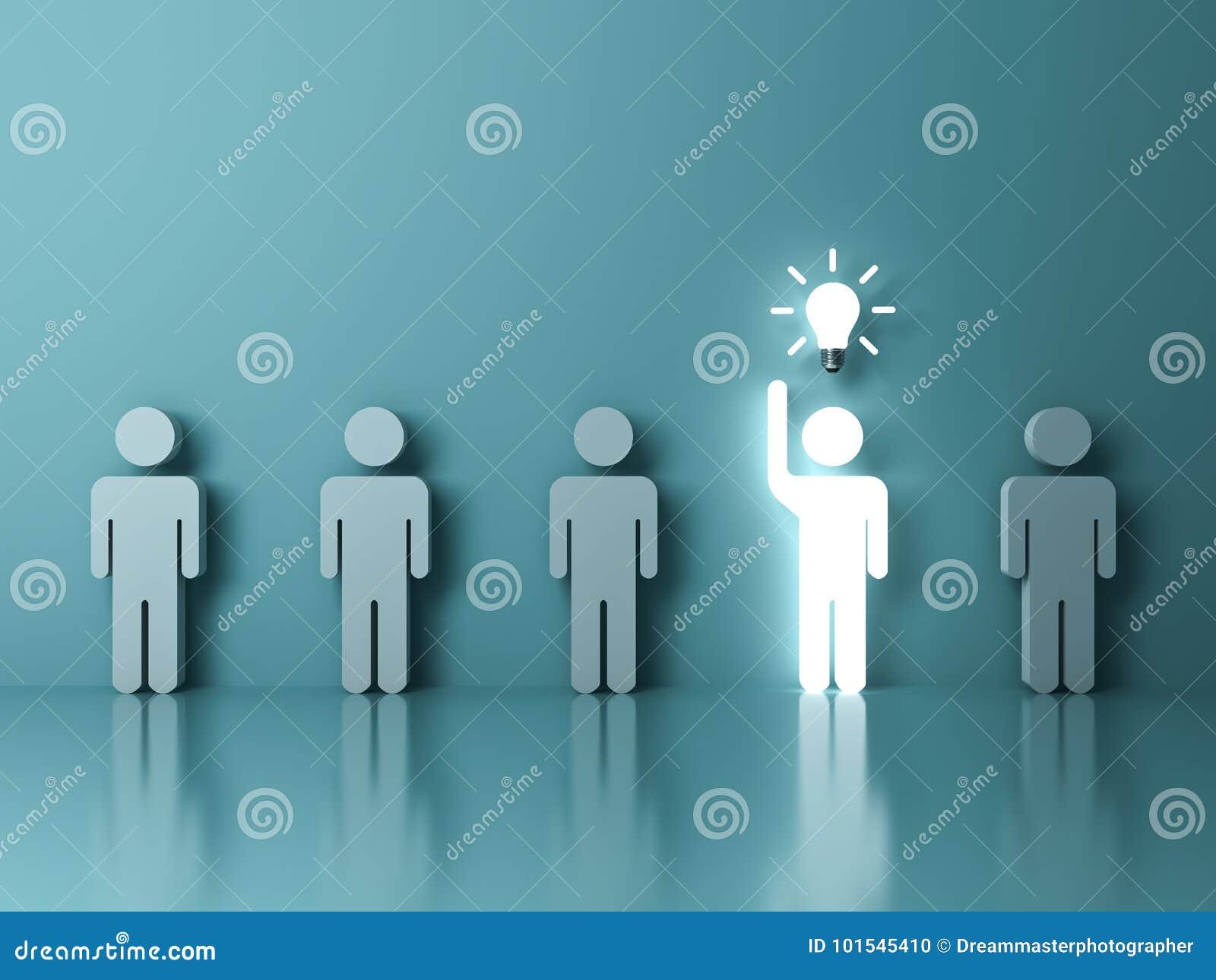 Um homem claro de incandescência que levanta sua mão obteve um bulbo da ideia entre outros povos na luz - fundo verde da cor past