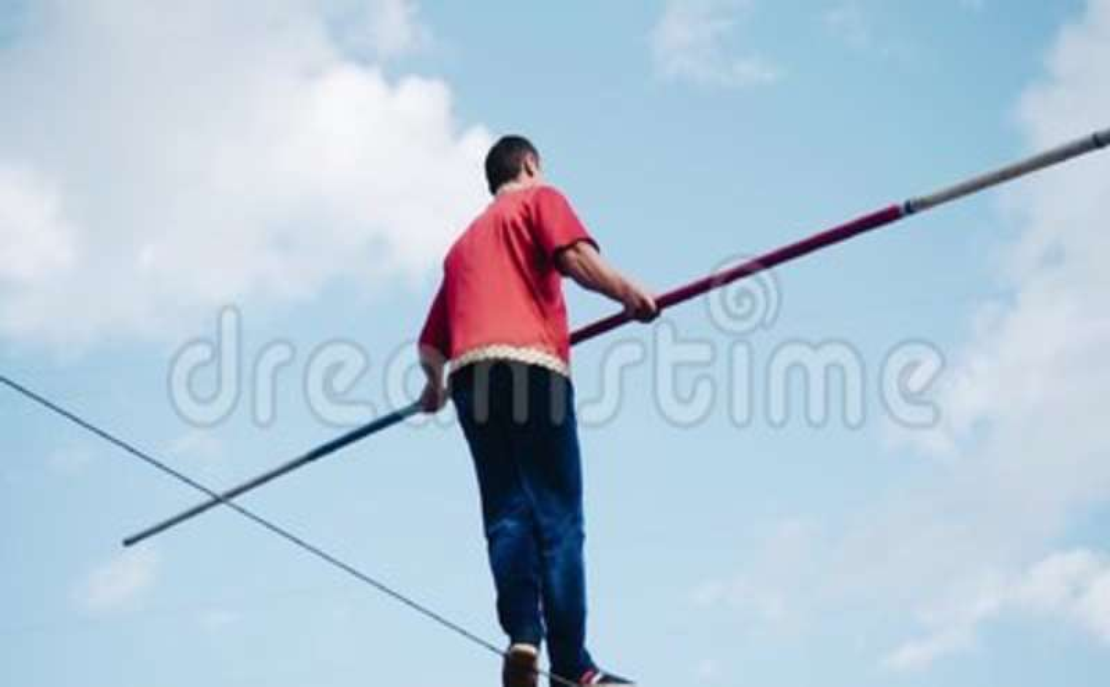 Um homem com um polo está em um cabo acima da terra filme