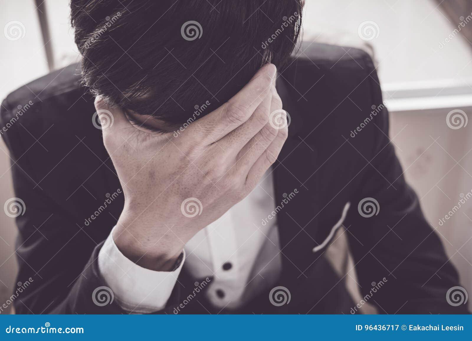 Um homem de negócio para fora forçado guarda sua cabeça