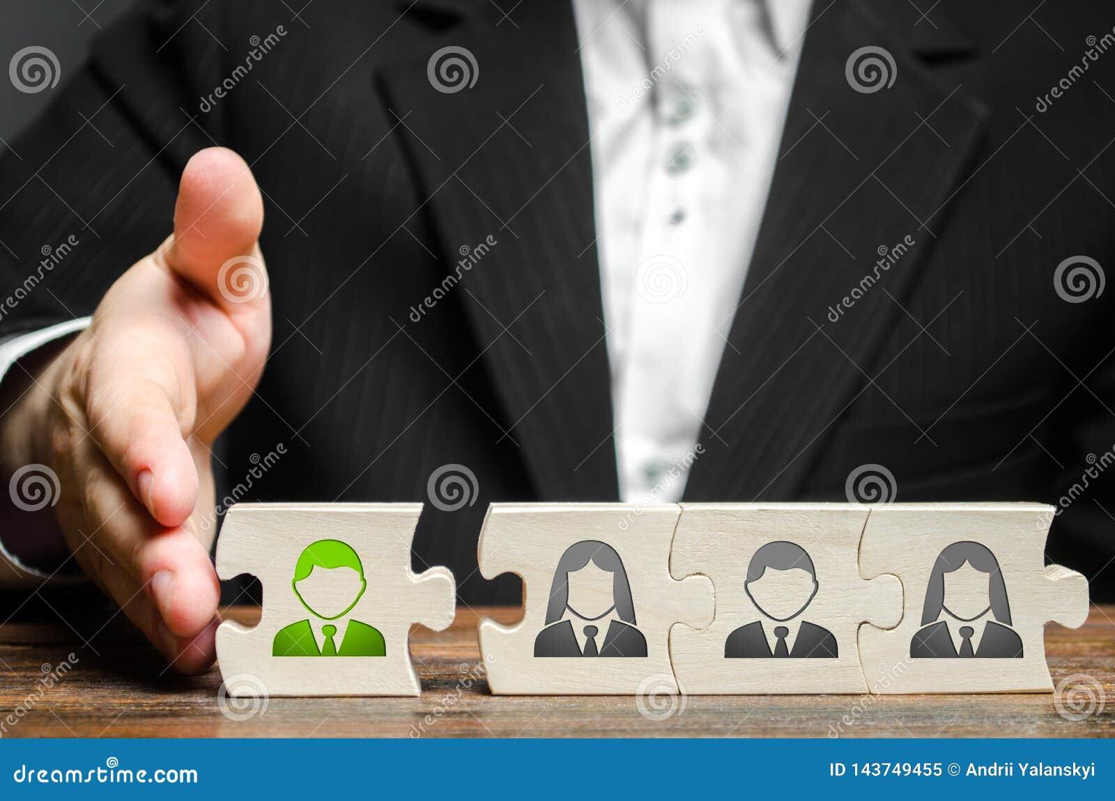 Um homem de negócios junta-se a um empregado novo à equipe como seu líder Empregados novos de aluguer para o projeto , trabalhos