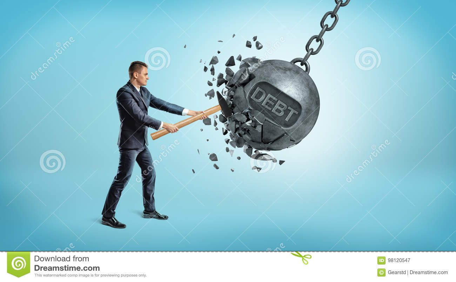 Um homem de negócios pequeno despedaça uma bola de balanço gigante do ferro com uma palavra DÉBITO nela que usa um martelo