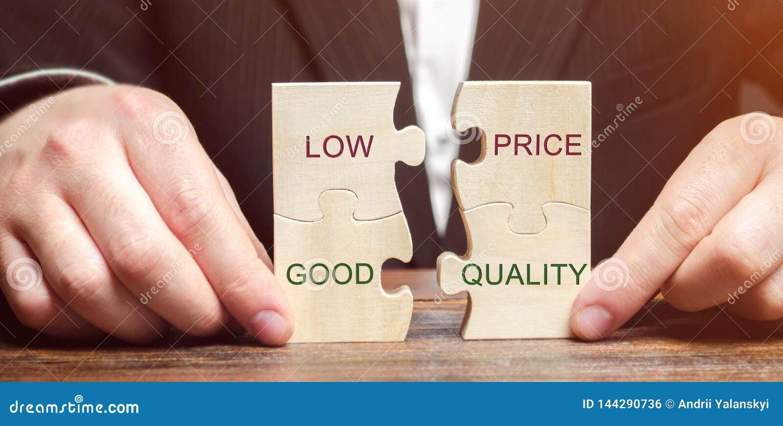 Um homem de negócios recolhe enigmas de madeira com o preço baixo das palavras - boa qualidade r pequeno