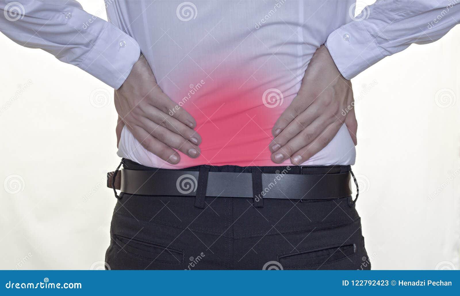 Um homem em uma camisa branca aferra-se à parte traseira, dor nas costas, vermelho para trás, o homem de negócios branco do fundo