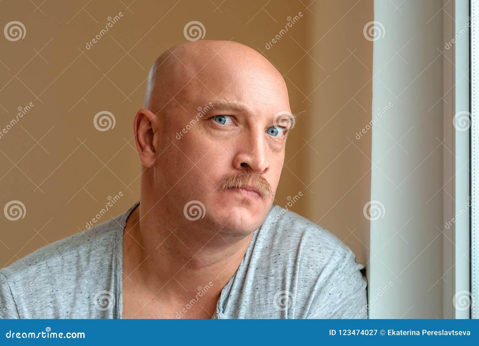 Um homem emocional com expressões faciais diferentes de um bigode na cara