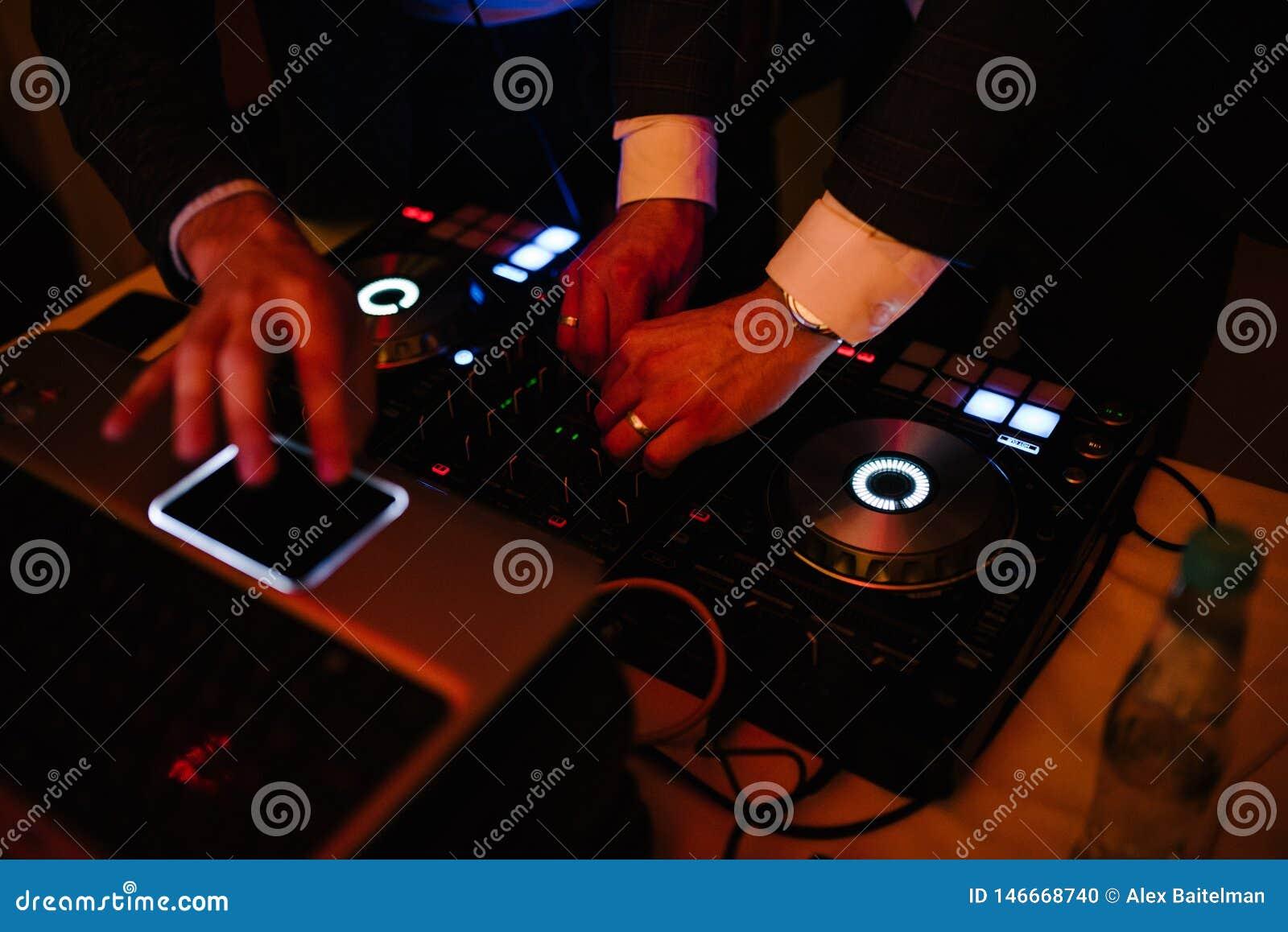 Um homem está no DJ e nos trabalhos como um DJ