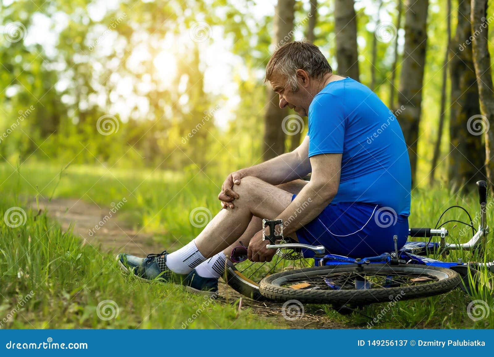 Um homem idoso feriu seu p? ao montar uma bicicleta