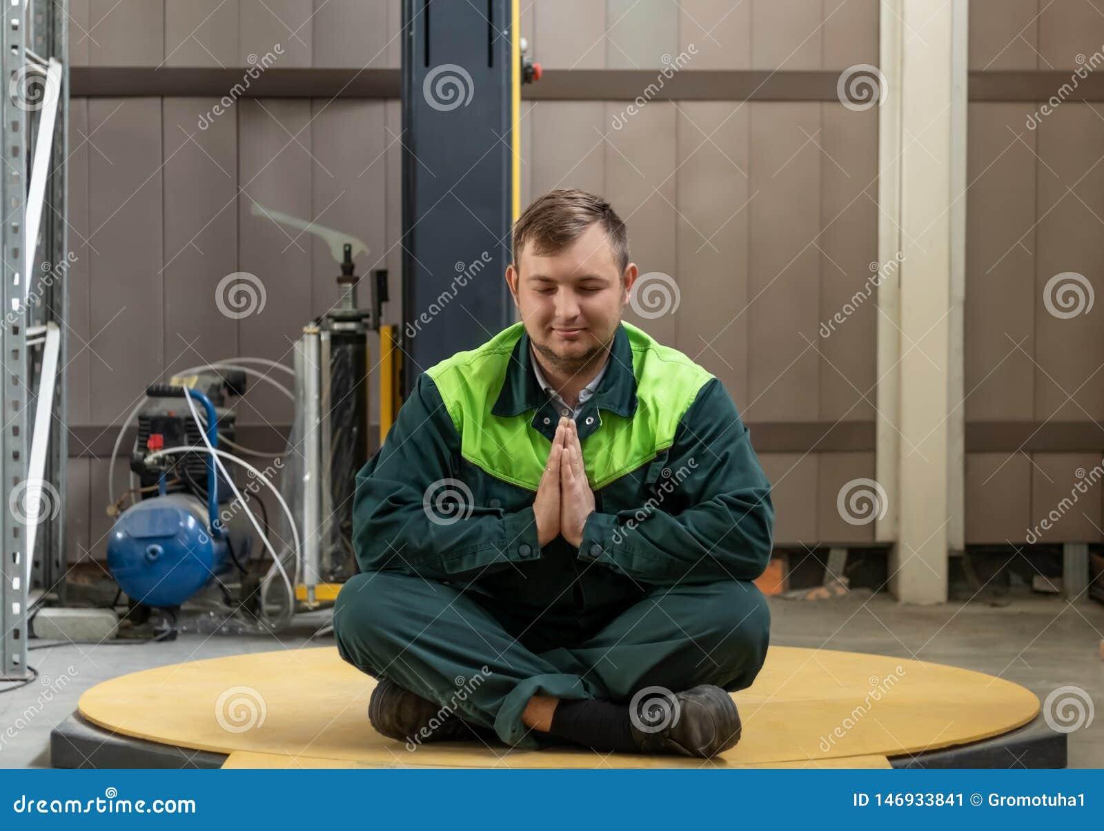 Um homem medita após o trabalho de um dia difícil