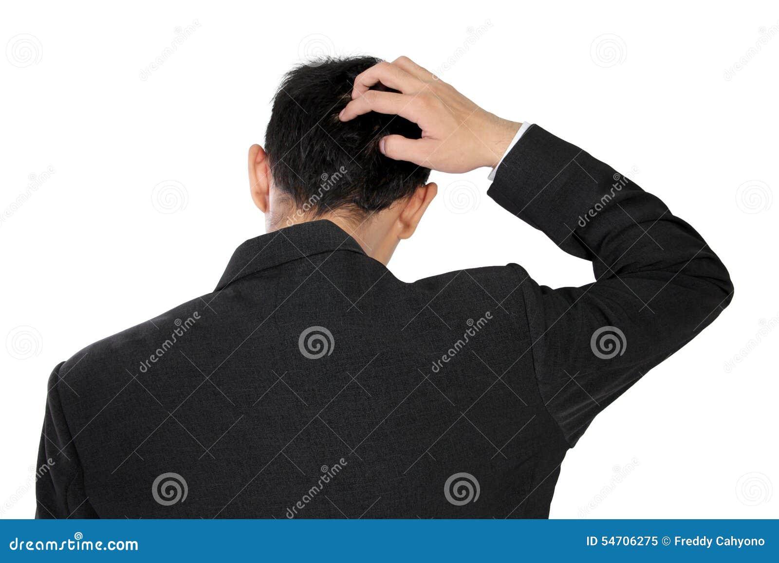 Um homem no vestuário formal que risca sua cabeça na confusão, isolada no branco