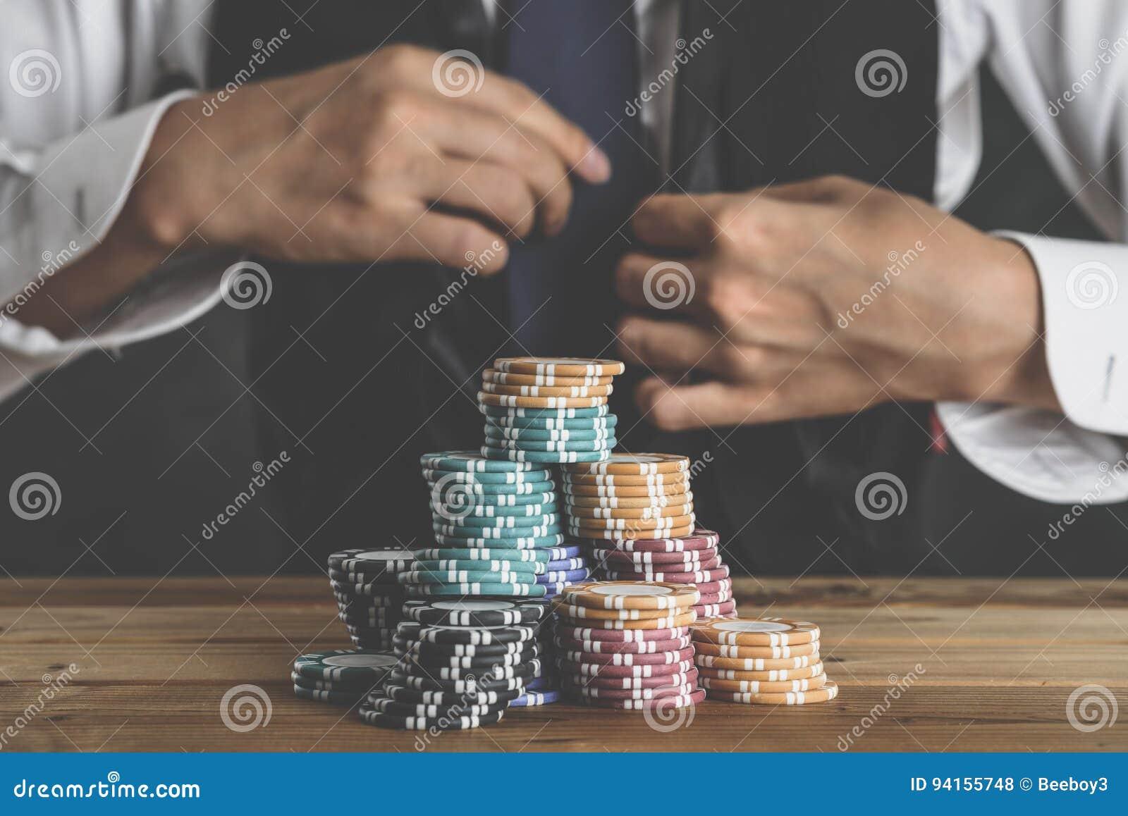 Um homem que empilha microplaquetas em uma tabela