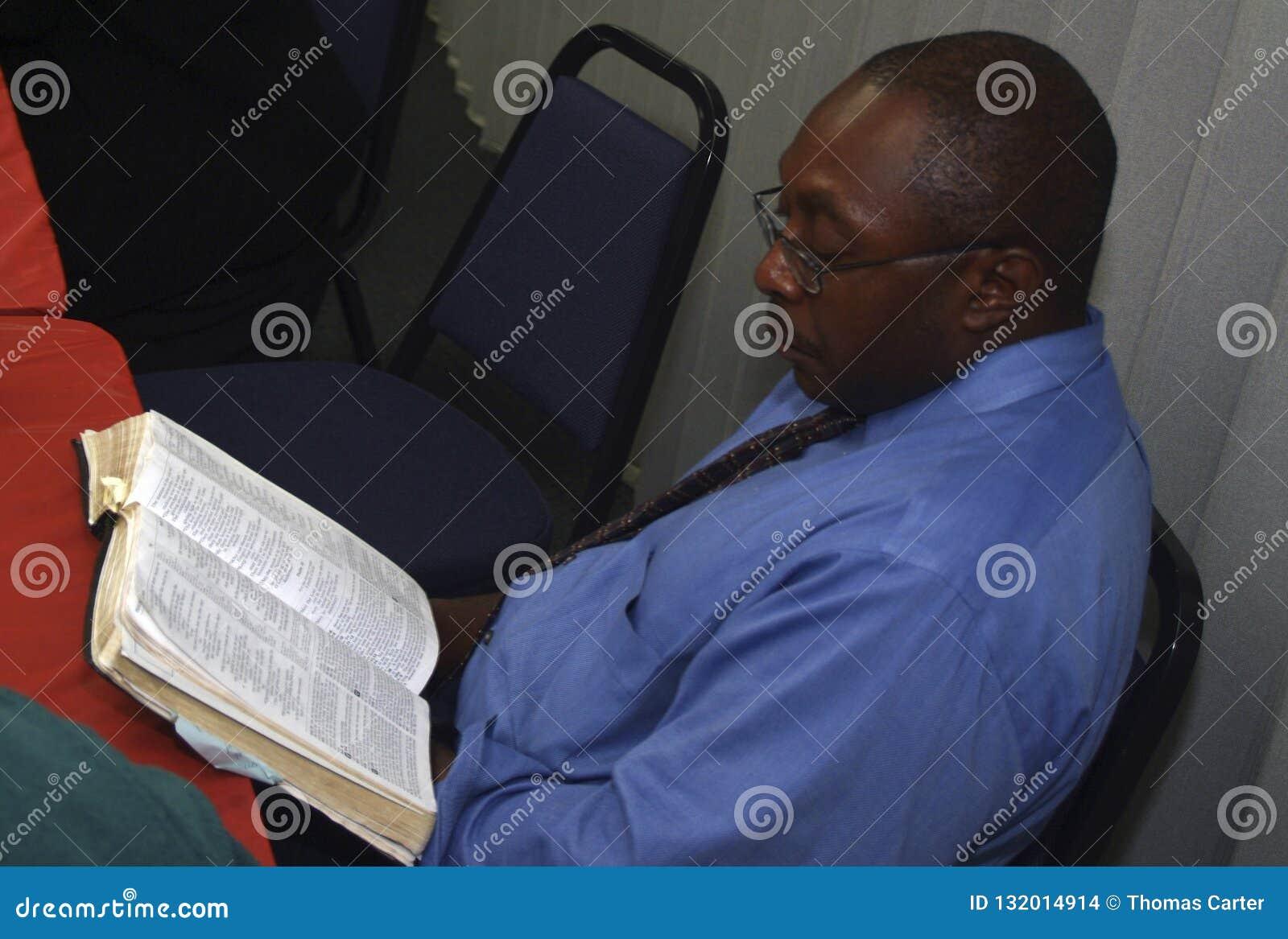 Um homem que estuda a palavra de deus