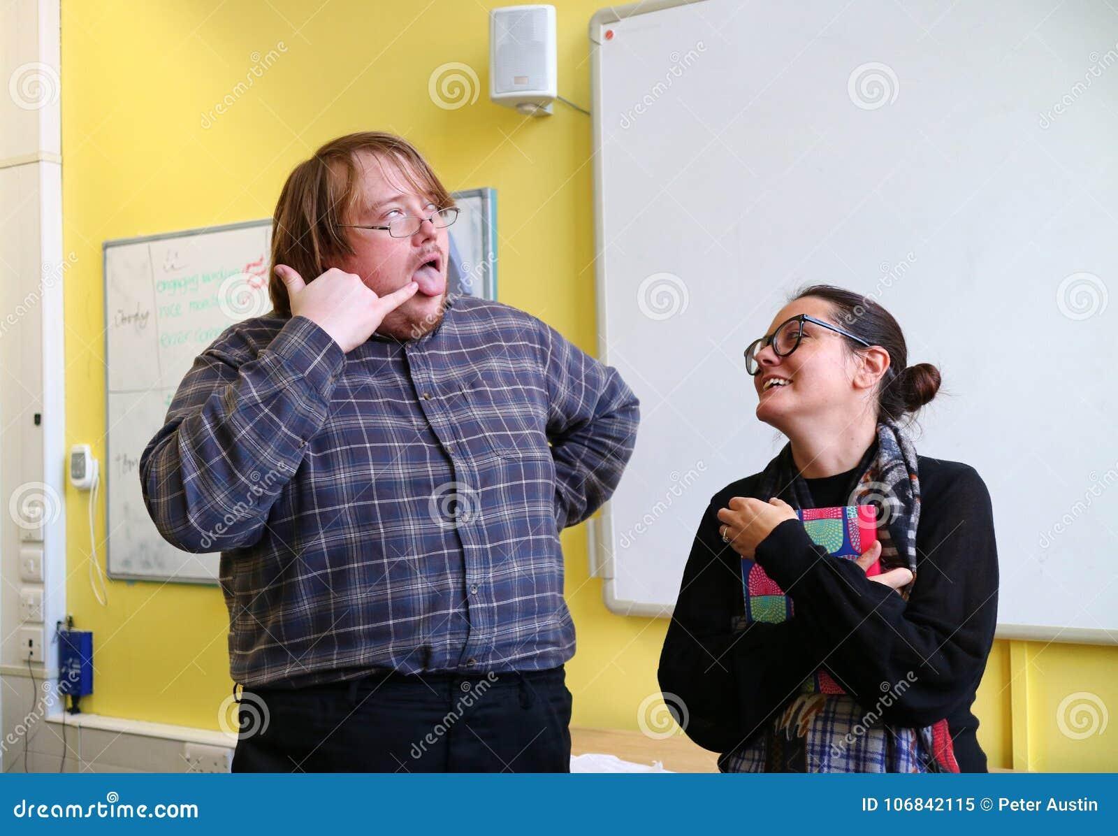Um homem que puxa uma cara parva para fazer uma mulher rir