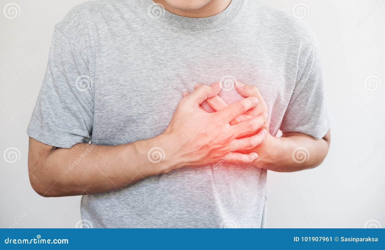 Um homem que tocam em seu coração, com destaque vermelho do cardíaco de ataque, e outro conceito da doença cardíaca, no fundo bra