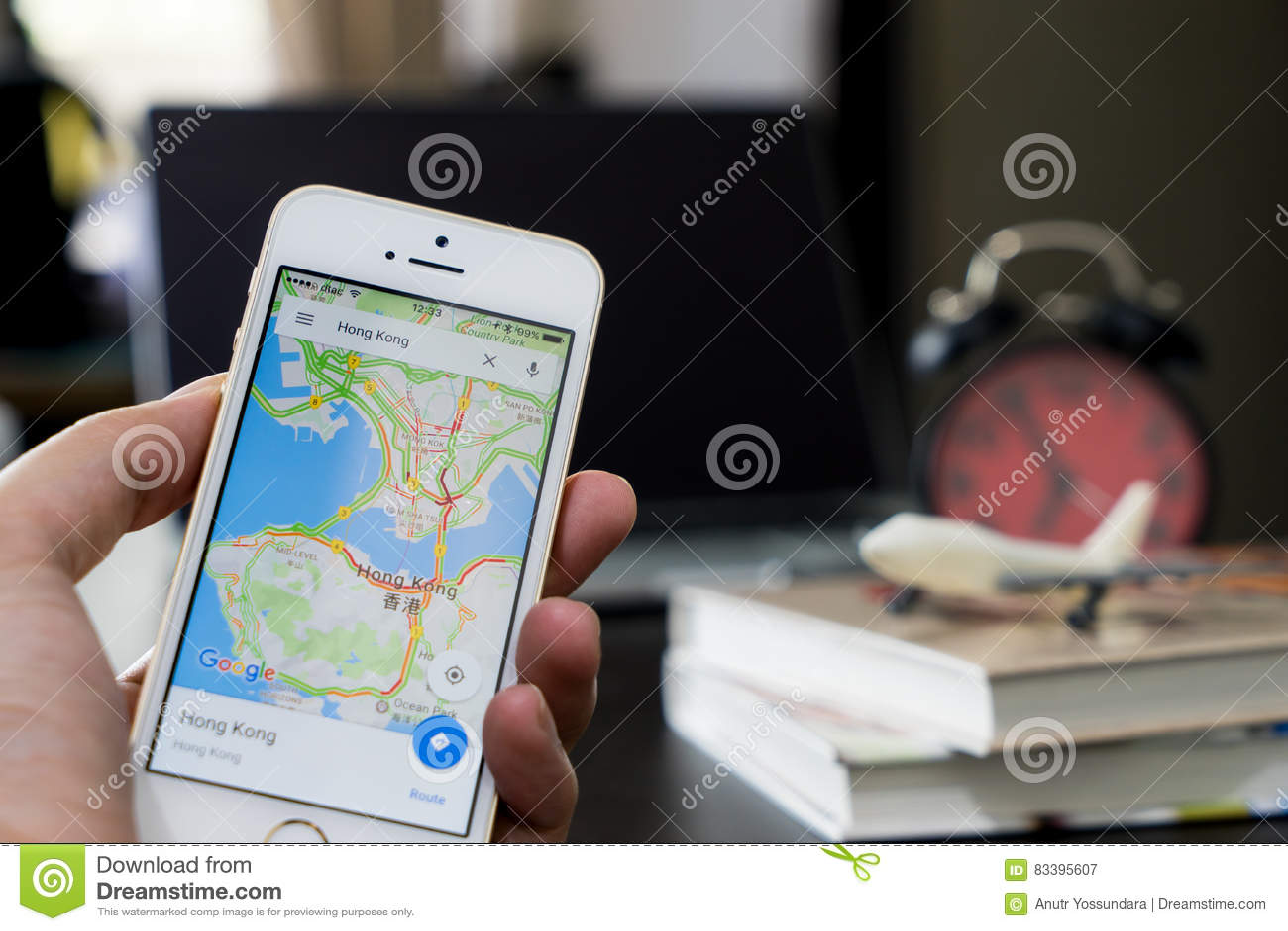 Um homem que usa o mapa de Google para viajar em Hong Kong