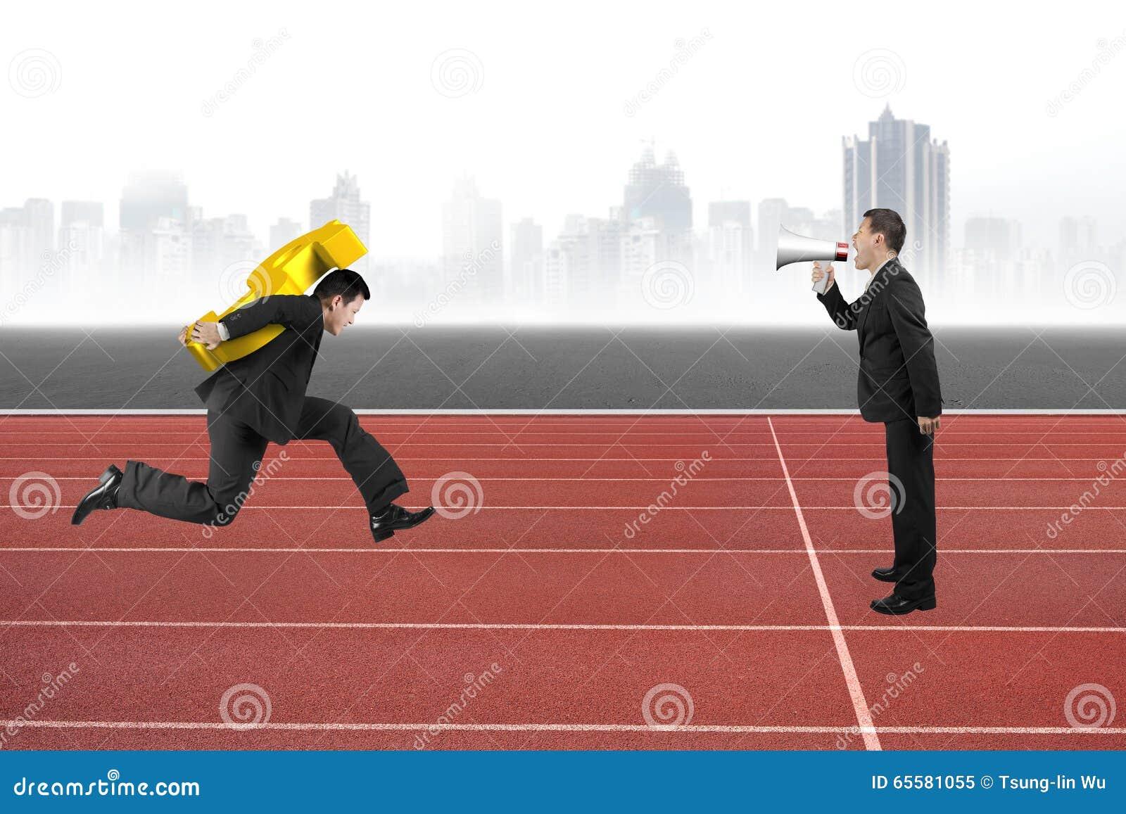 Um homem que usa o orador dirige um outro runnin levando do sinal de dólar
