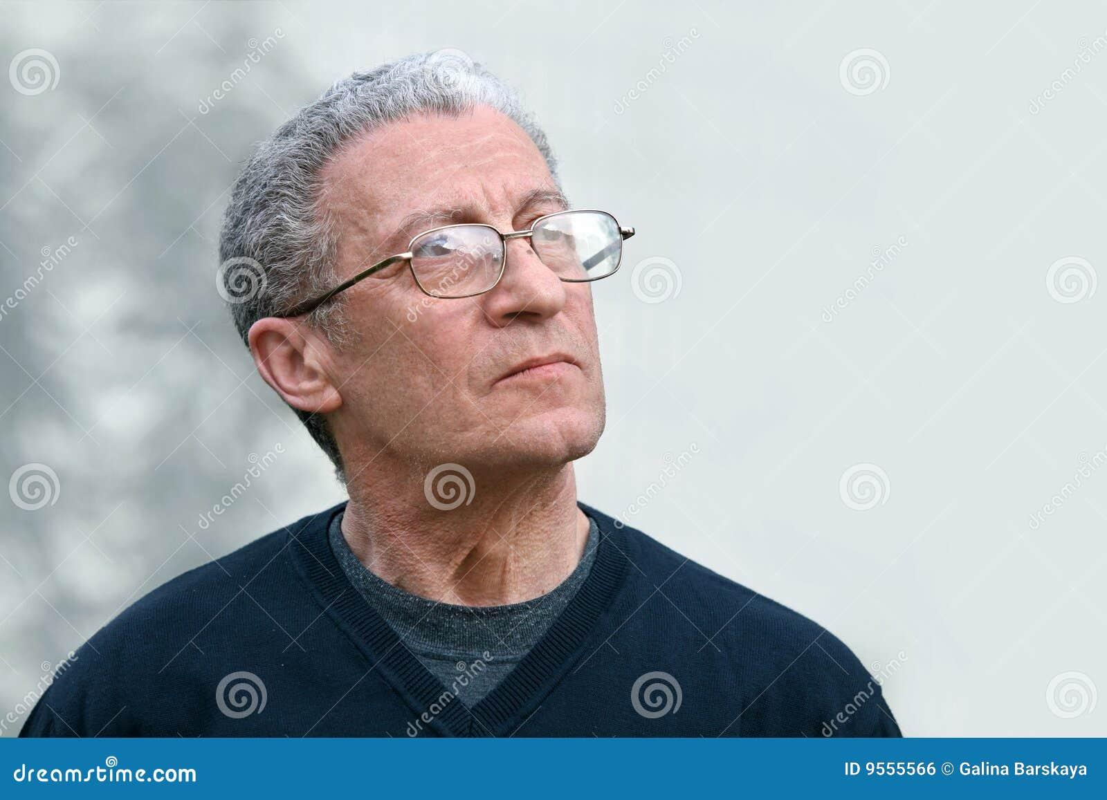 Um homem sênior que olha acima