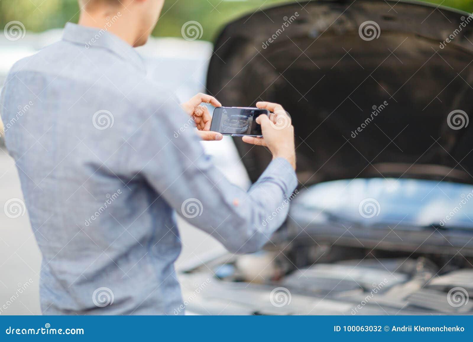 Um indivíduo novo toma uma imagem de um motor de automóveis