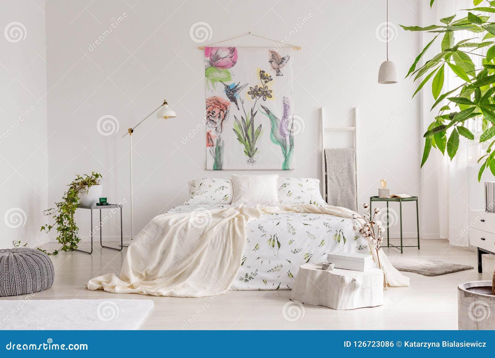 Um interior amigável do quarto do eco brilhante com uma cama veste-se no linho do branco do teste padrão das plantas verdes Tela