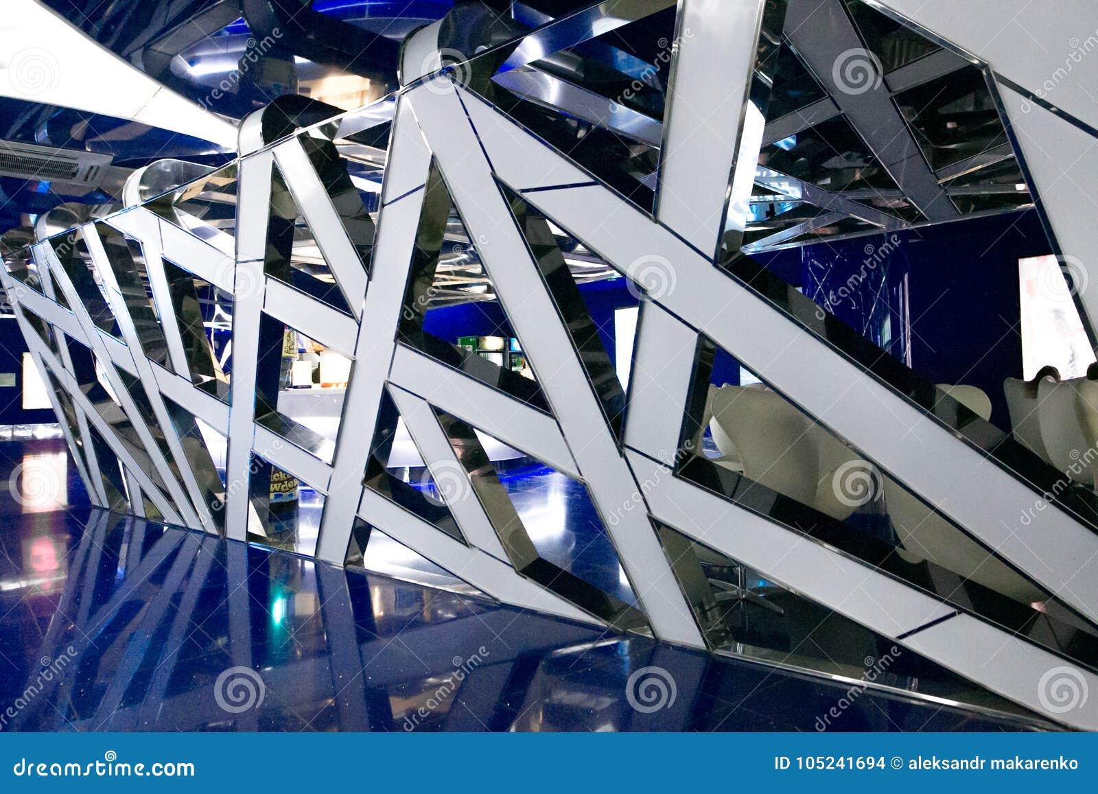 Um interior fantástico do futuro em cores de azul cinzento